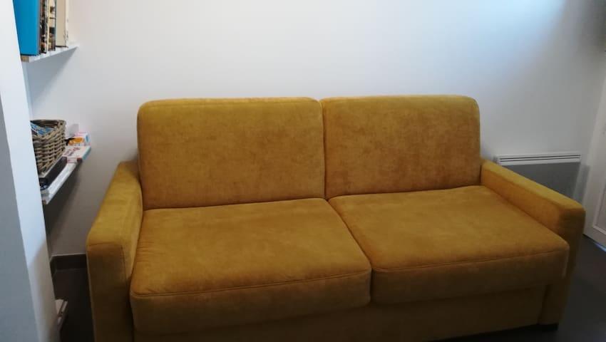Canapé lit convertible 2 personnes dans petite pièce principale environ 18 m2