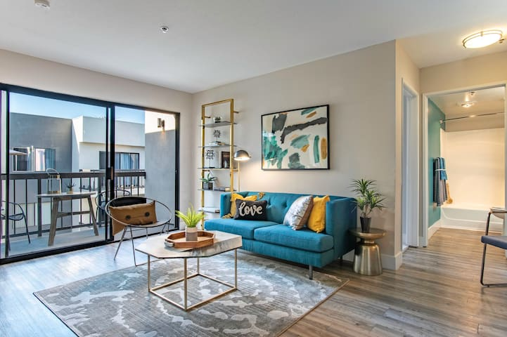 Top floor Hollywood 2 Bed 2 Bath with Pool & Gym