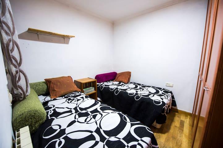 Habitación con dos camas muy cerca de Barcelona