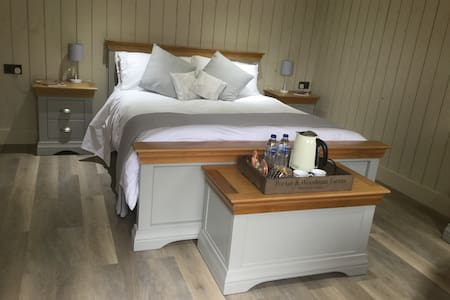 2, The Stables. Luxury independent studio Burford