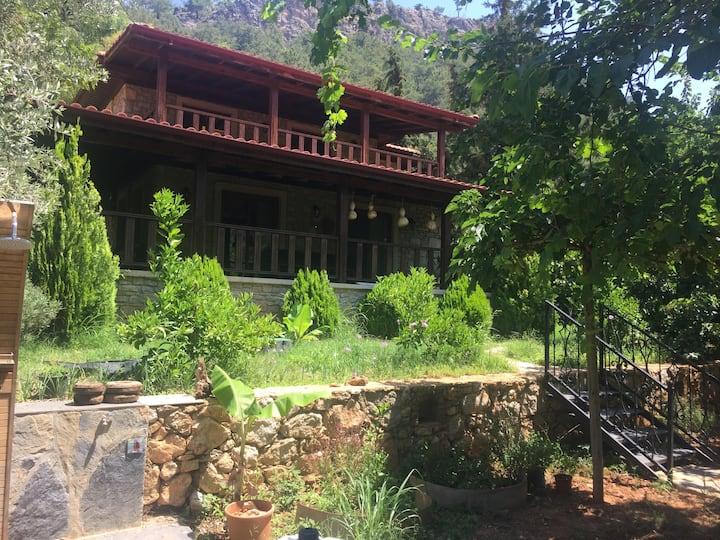 Orhaniye Kız Kumu'nda Sakin Bahçeli Villa