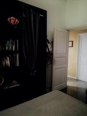La camera - ripiani per gli ospiti e affaccio sul corridoio