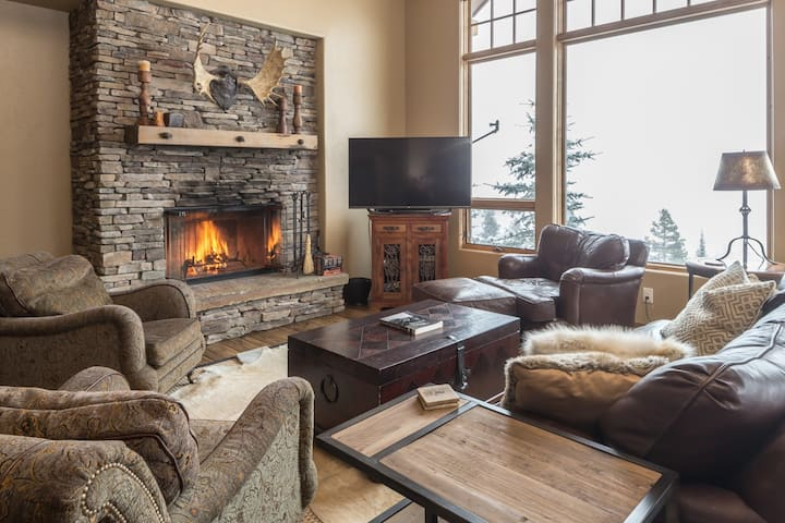 Elegant, Ski-in/Ski-out Suite with Private Hot Tub and Beautiful Views