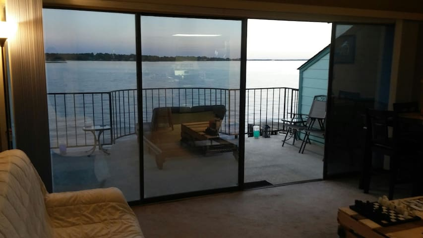 Breathtaking Sunrise Lakefront View - 1BR/1B - Willis - Wohnung