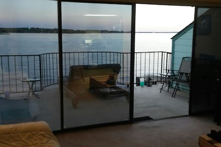 Breathtaking Sunrise Lakefront View - 1BR/1B - Kondominium