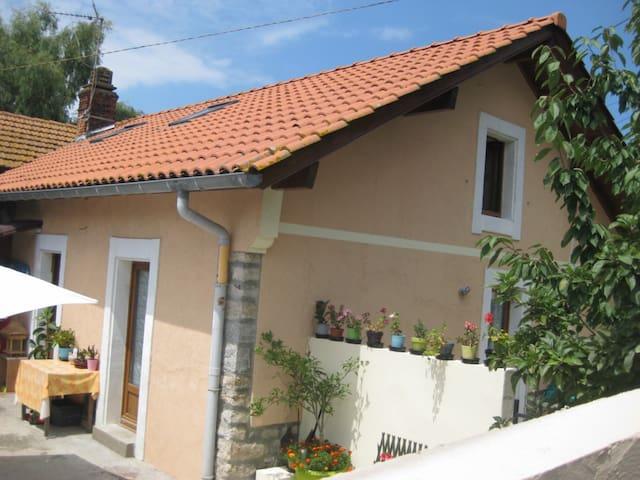 Boucau:jolie app dans petit maison