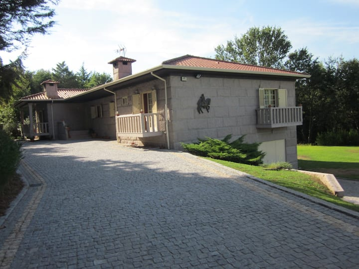 Casa de campo situada  em Guimarães.