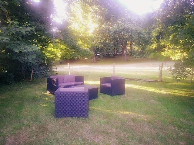 Salon de jardin sous avec vu sur un parc