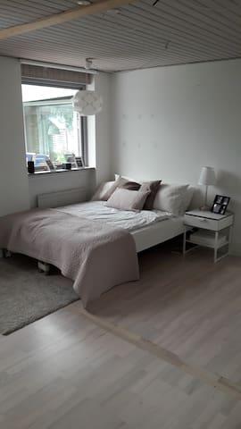 Pænt værelse med en dobbeltseng