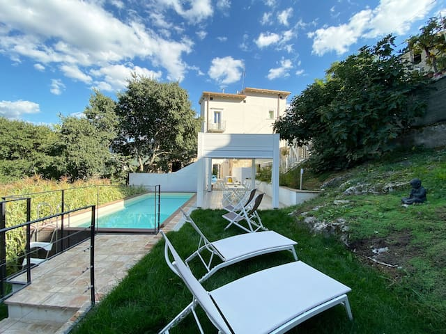 Casa Fisolare with sunny garden and private pool