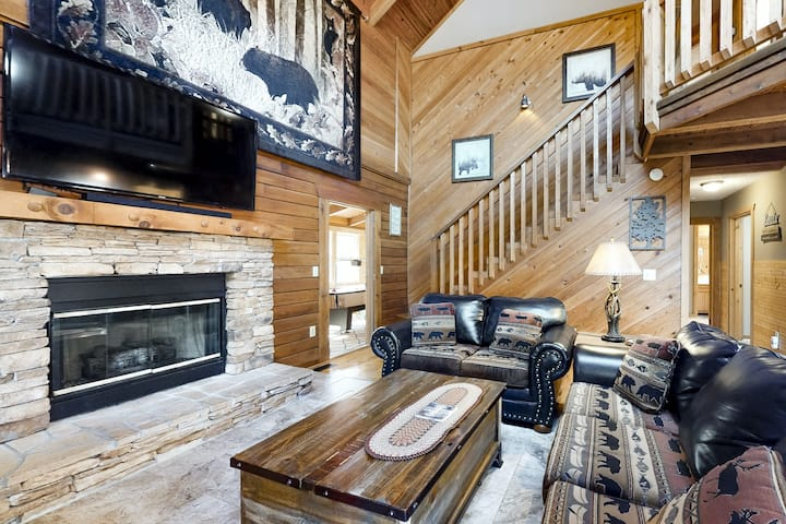 Family cabin w/ private hot tub, bumper pool table, AC & fireplace
