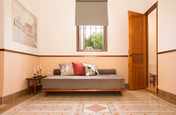Sala con sofá, muy iluminada, amplia, con lindas vistas