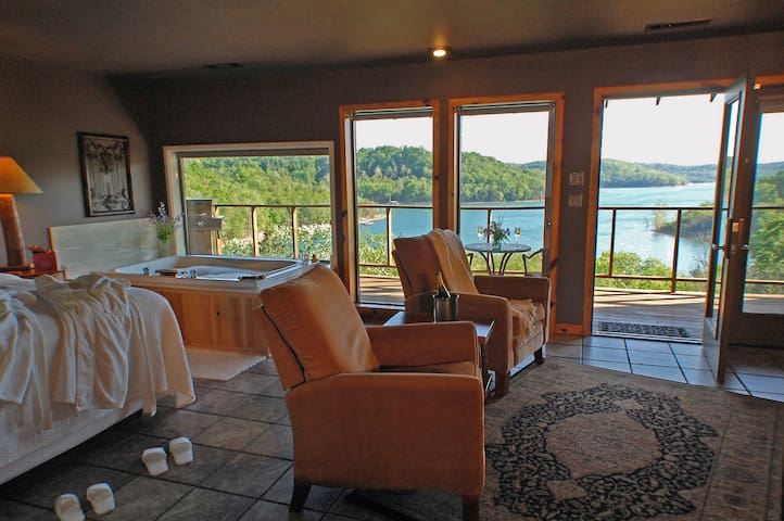 Private, Lake View Jacuzzi Suite - Eureka Springs - Daire