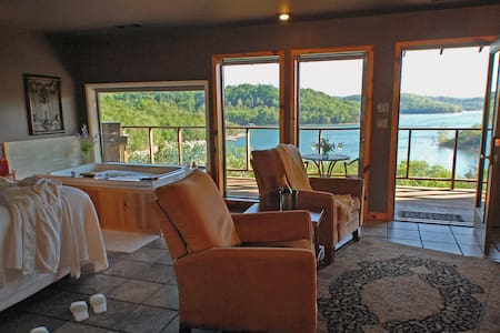 Private, Lake View Jacuzzi Suite - Eureka Springs