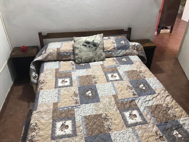 Dormitorio principal con cama de dos plazas. Tiene ropero.