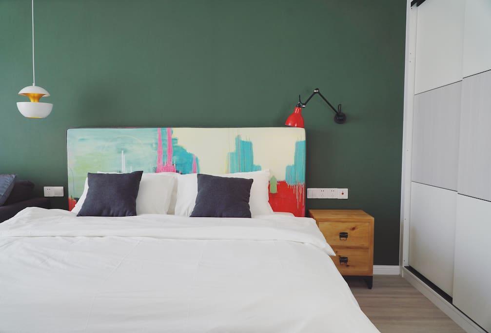 标准1.8米的大床,床垫为JW万豪五星级酒店同款床垫,枕头提供高矮各一款可根据喜好选择,舒适感一级棒,为你的睡眠提供保证。床品保证一客一换,皆为纯棉水洗棉。