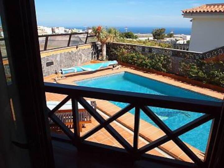 """Holiday Home """"Casa Estilo Colonial"""" with Mountain View, Pool, Terraces, Air Conditioning & WiFi; Parking Available"""