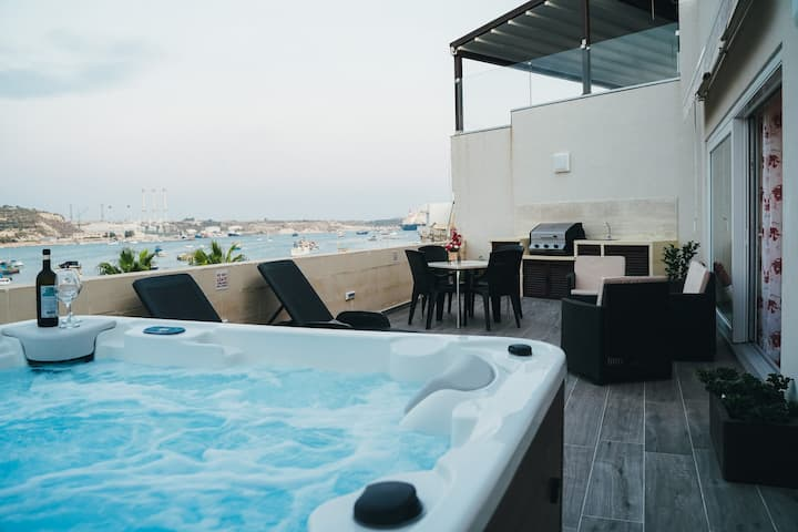 Seafront Penthouse in Marsaxlokk with Hot Tub