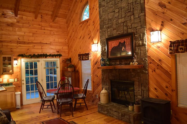 *NO GUEST SERVICE FEE* Lilac Cottage at Blairsville
