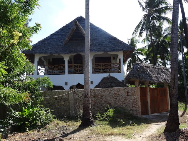 PAMOJA VILLA! Only a few steps from the beach. 2