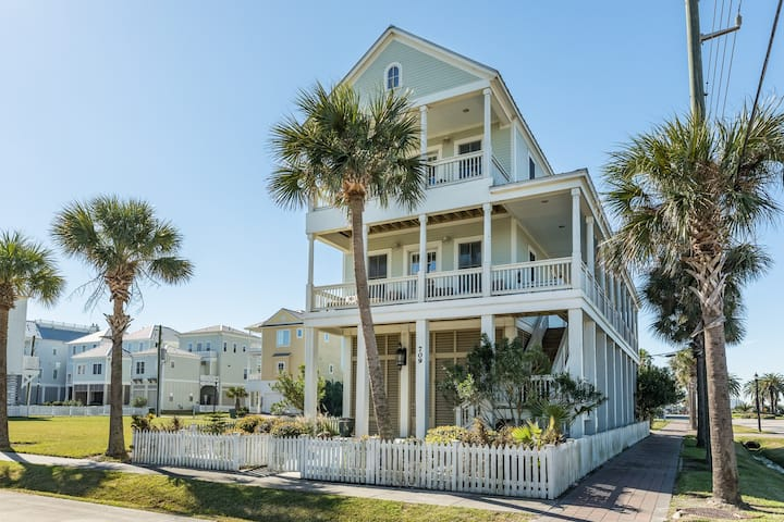 Bright Gulf view home with private gas grill, WiFi, and private beach access!