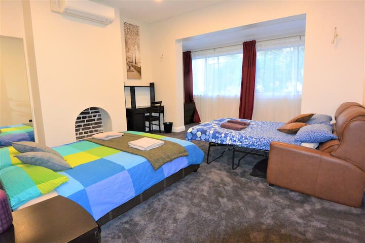 Enormous Master Bedroom, Absolute Sydney Centre!!