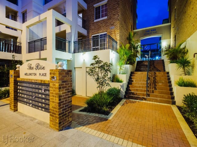 Private queen Bed/Bath, East Perth! - East Perth - Lägenhet