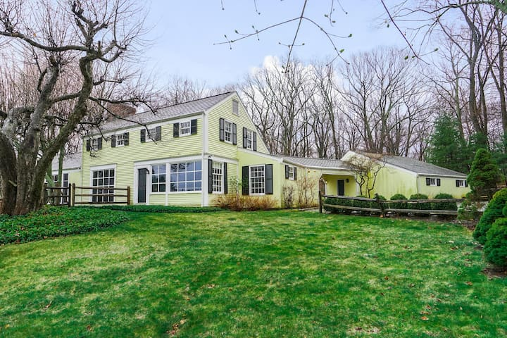 Large home, pool, hot tub, on several acres - Mount Kisco - Casa