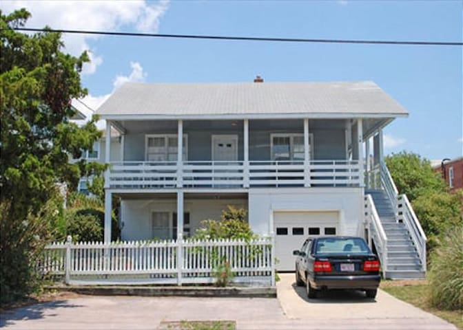 Craft (Upper Unit)-Delightful duplex located just across the street from the beach and pier