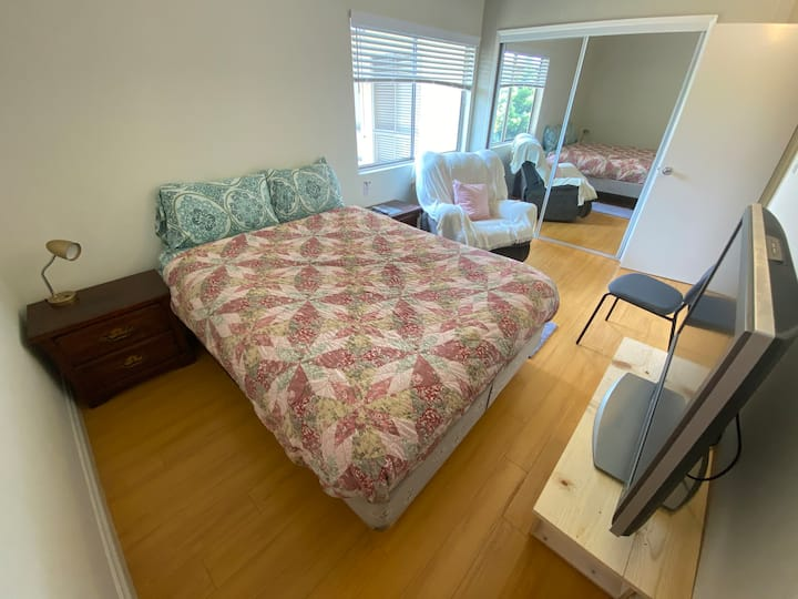 Clean Private Room with TV&Kitchen-Mar Vista