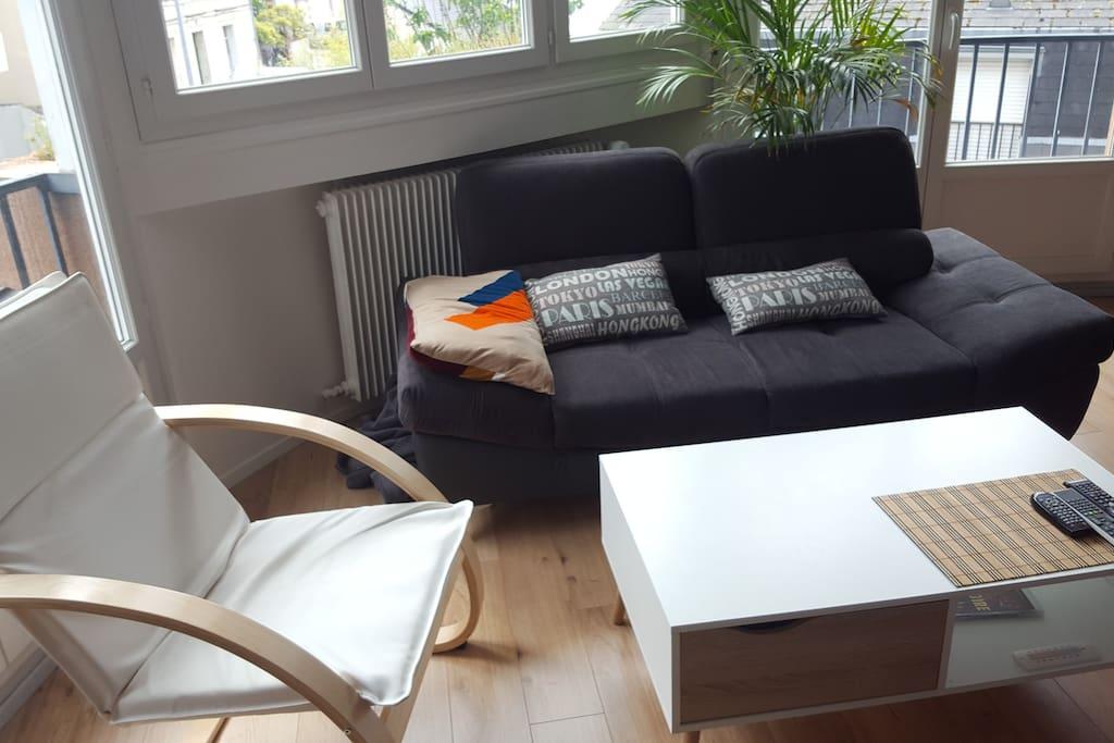 Table basse, canapé et fauteuil