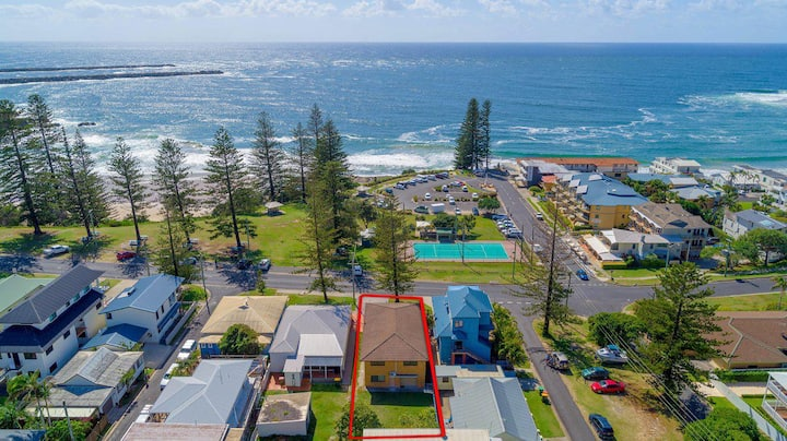 Burleigh House Opposite Main Beach - Views- Linen and Free Wi-Fi Ideal for all the family.