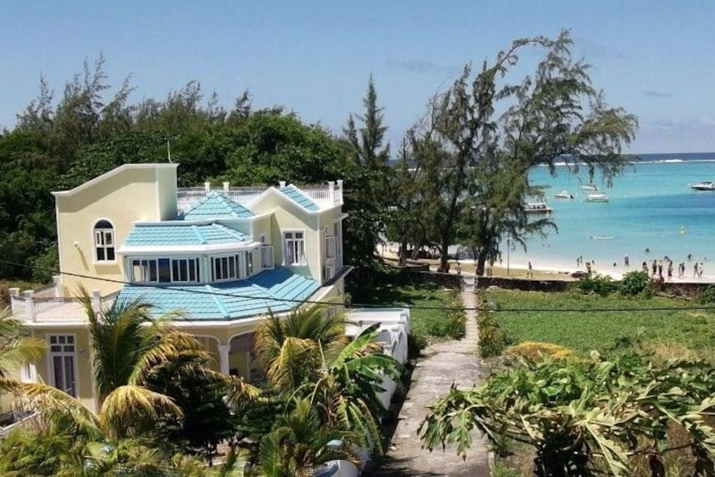 Villa with private access to the beach