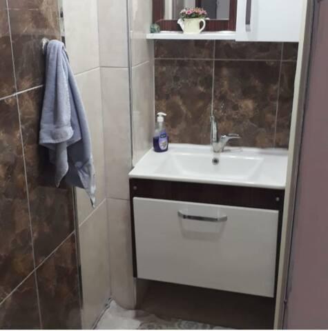Tuvalette bulanan musluk el yıkamak için vs ideal