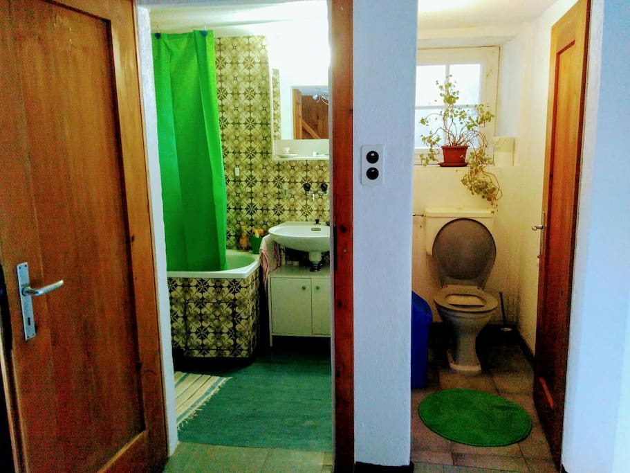 Das Badezimmer und die Toilette