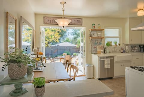 Southern California Cozy Lavender Cottage