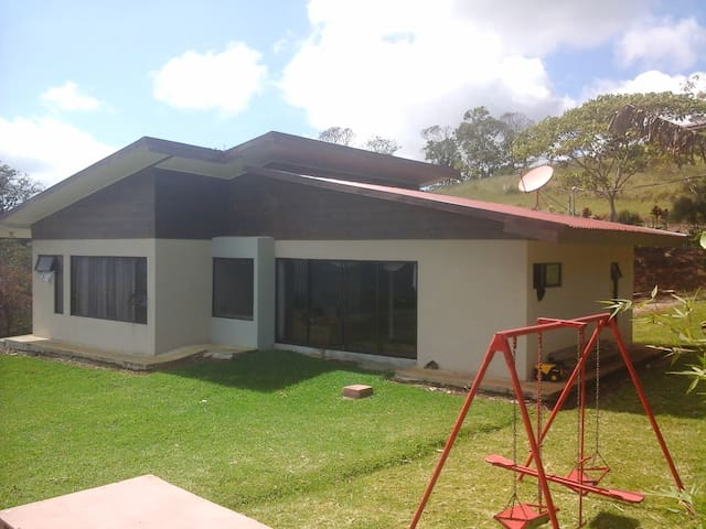 contemporary house in the country side - Cartago - Huis