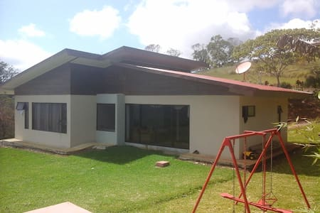 contemporary house in the country side - Cartago - Dom