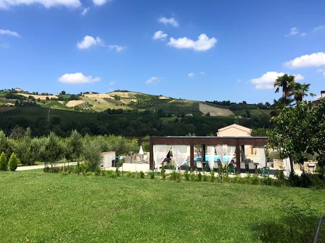 Giardino privato e piscina e vista - Montalto delle Marche