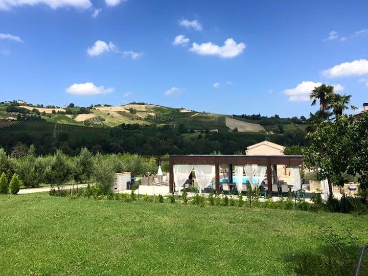 Giardino privato, piscina e vista