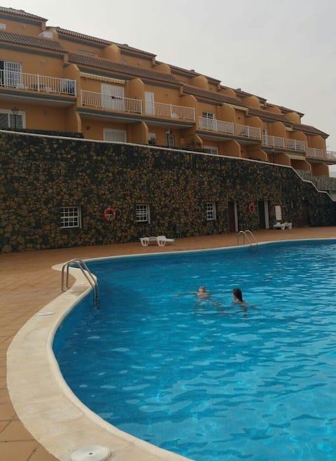 Apto. con vistas al mar y piscina comunitaria.
