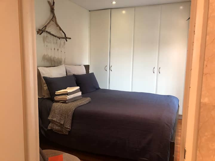 Beautiful private bedroom in the middle of Bondi.