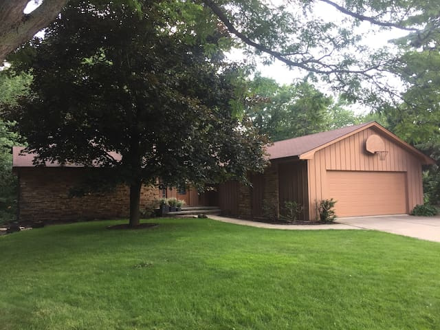 Spacious & Bright family home great for EAA