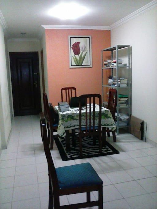 Sala ampla, arejada com sacada e boa ventilação