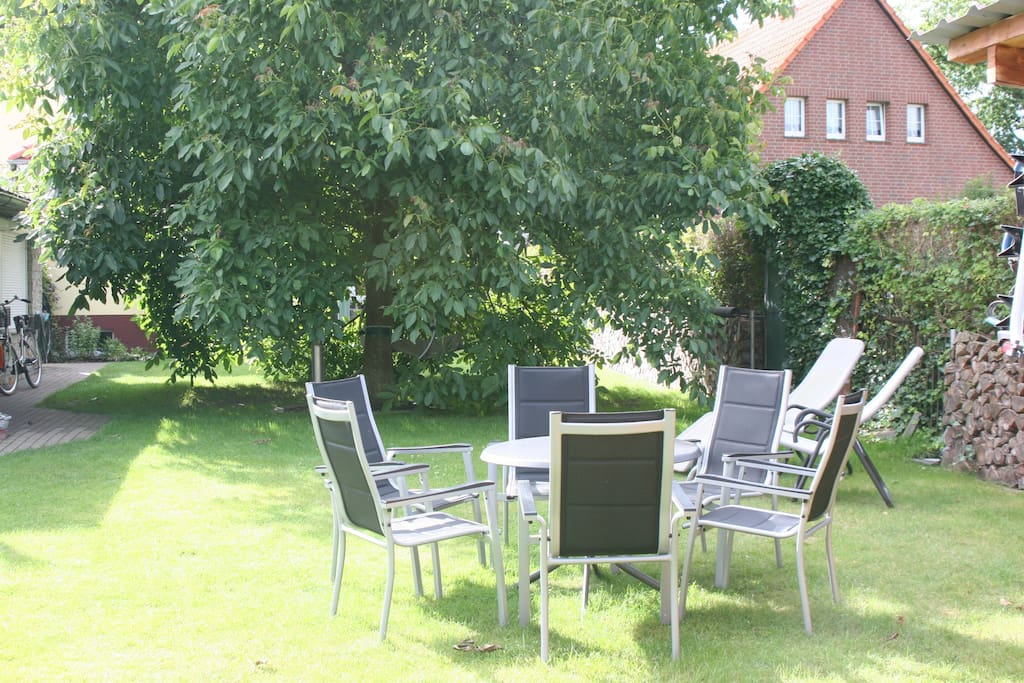 Sitzgruppe im Garten vor dem Nussbaum