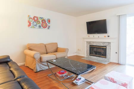 Nice Clean Room in a Quiet Townhome - Adosado