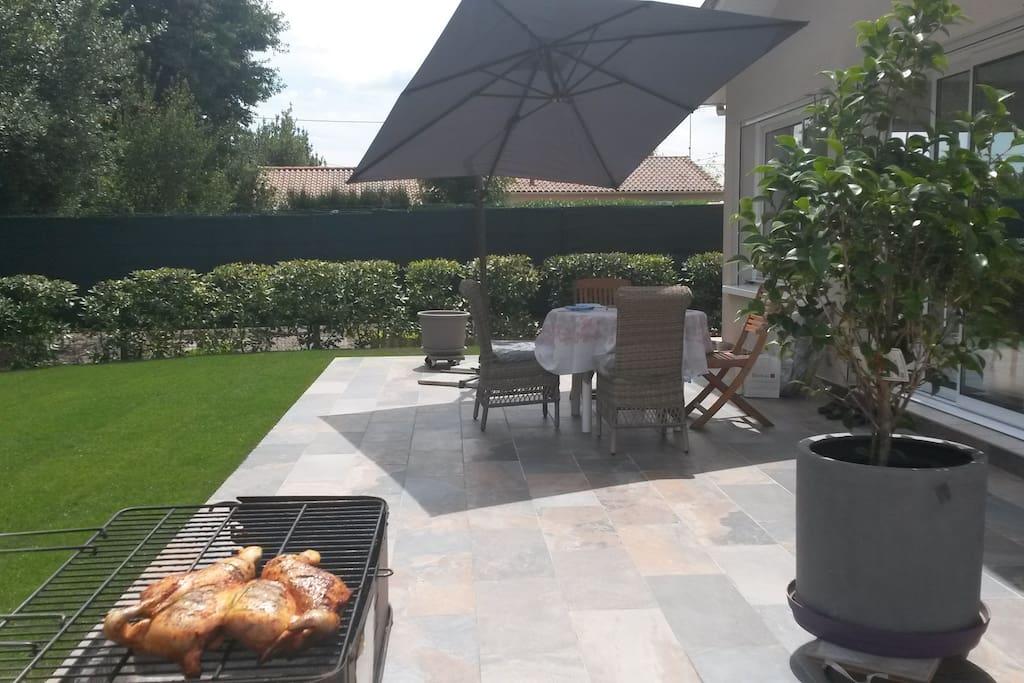 Profitez de la terrasse pour prendre votre dîner ou le petit déjeuner