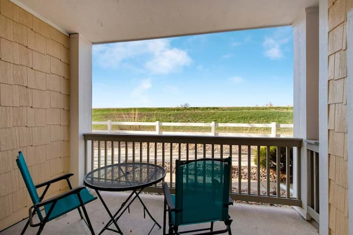First Floor Condo, Lakefront Community (LC4675102)