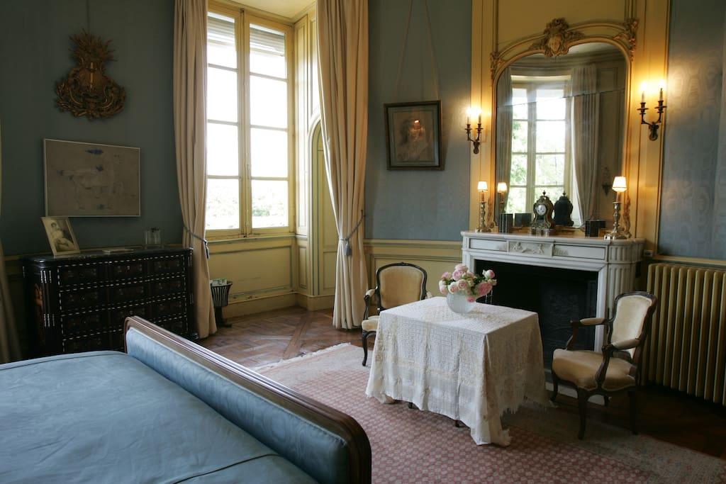 La chambre Ovale est vaste et confortable