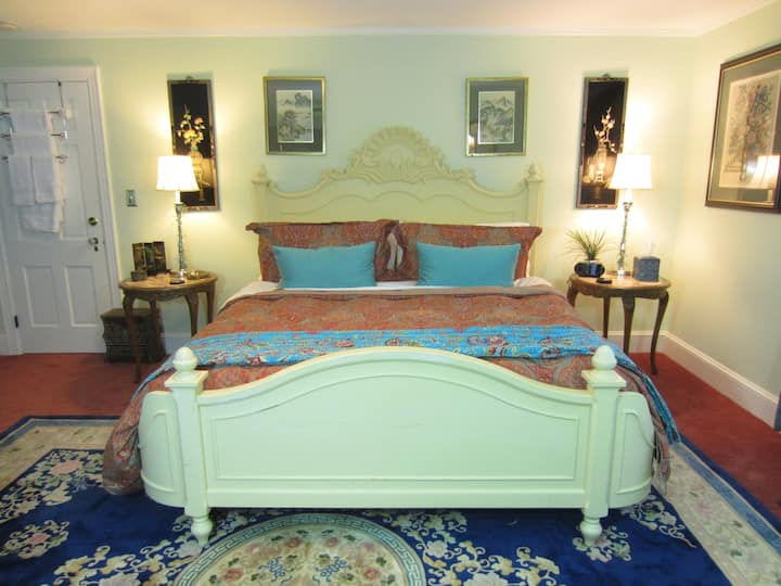 VacationHouse B&B Calming Seas Room  King Bed